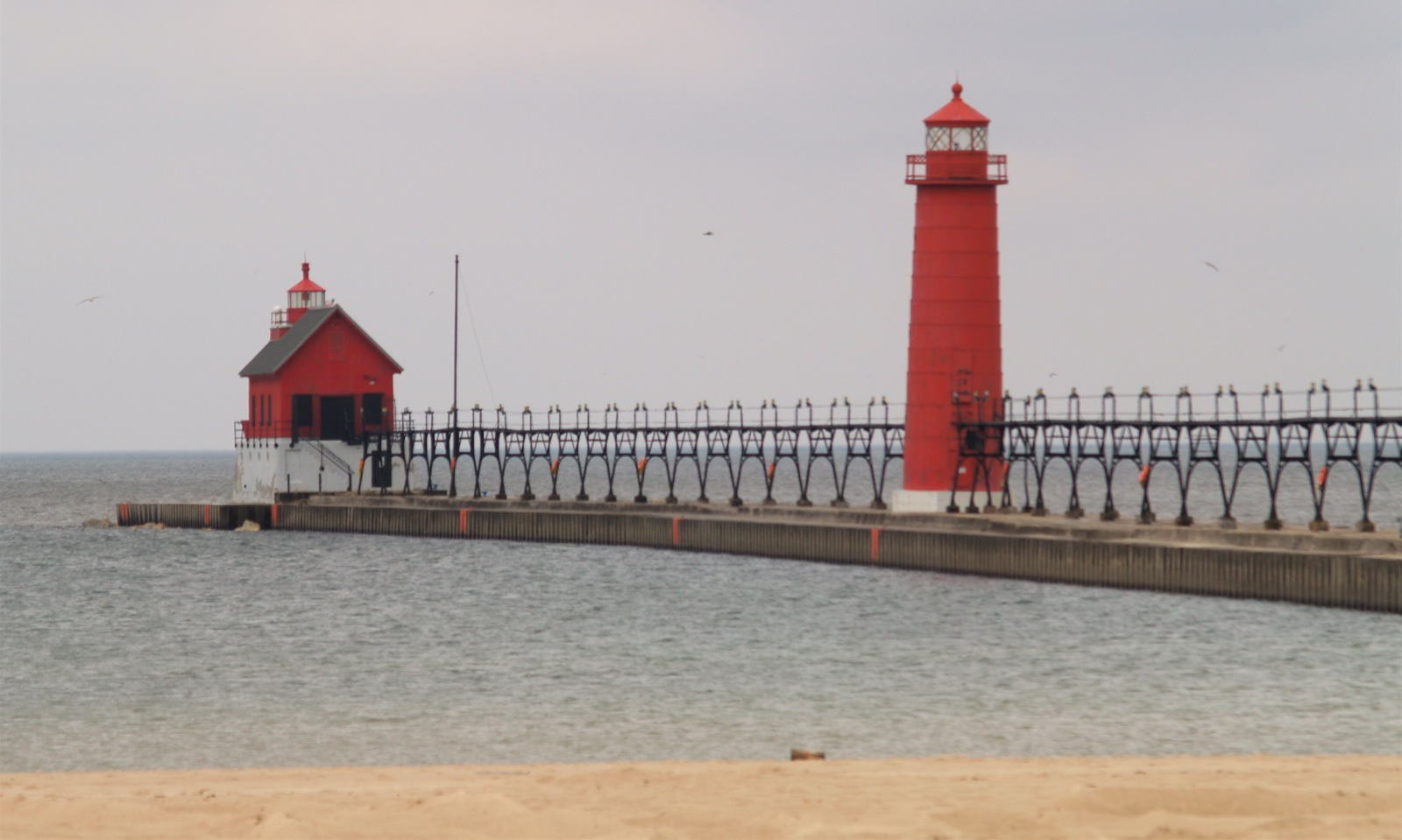 https://commons.wikimedia.org/wiki/File:Grand_Haven_MI_South_Pierhead_Light_and_inner_lighthouse.jpg